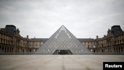 រូបឯកសារ៖ សារមន្ទីរ Louvre នៅក្រុងប៉ារីសមានសភាពស្ងប់ស្ងាត់អំឡុងពេលមានការបិទប្រទេសដើម្បីទប់ទល់ការរាតត្បាតជំងឺកូវីដ១៩ នៅបារាំង។