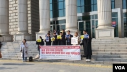 Siswa di Universitas Hankuk Studi Luar Negeri di Seoul mengadakan konferensi pers, mengecam kebijakan baru sekolah yang melarang poster di kampus, 21 November 2019 (Foto: VOA/Lee Juhyun)