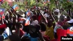 Haitianos salieron a las calles a protestar en la cuarta semana de enfrentamientos entre el gobierno y la oposición, el domingo 28 de febrero de 2021. [Foto: Captura de pantalla/Video Reuters]