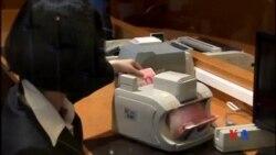 2015-12-01 美國之音視頻新聞: 中國稱人民幣加入SDR後不會貶值