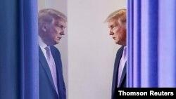 El presidente Donald Trump al entrar en la sala de prensa de la Casa Blanca, el 13 de agosto de 2020.
