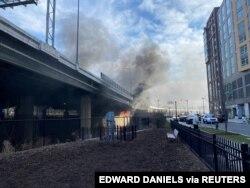 Un incendio comenzó debajo de un puente en Washington, D.C., EE.UU, el 18 de enero de 2021. Esta imagen fue obtenida de las redes sociales. [Edward Daniels vía REUTERS]