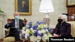 조 바이든(왼쪽) 미국 대통령이 9일 백악관 집무실에서 재닛 옐런 재무장관의 주례 보고를 받고 있다.