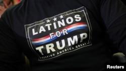 صدر ٹرمپ کا ایک سپورٹر ان کے نام کی ٹی شرٹ پہنے ہوئے ہے۔ فائل فوٹو