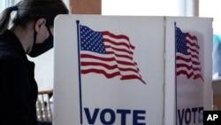 资料照:一位美国选民11月3号投票日在佐治亚州亚特兰大市一间投票站投票。