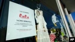 Un rótulo anuncia que hay empleos disponibles en una tienda del Distrito Artístico de Wynwood, en Miami.
