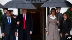 도널드 트럼프 미국 대통령과 지미 모랄레스 과테말라 대통령 부부가 17일 회담에 앞서 백악관 입구에 나란히 서있다.