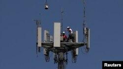 Radnici instaliraju 5G telekonunikacionu opremu na stubu T-Mobile u Seabrooku, Texas, 6. maj 2020.