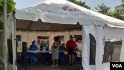 Nicaragüenes varados en la frontera de Peñas Blancas, entre Costa Rica y Nicaragua, se realizan la prueba de COVID-19 gracias a la cooperación de varias organizaciones. Foto: Armando Gómez, 31 de julio 2020.
