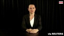 La líder opositora bielorrusa Sviatlana Tsikhanouskaya habla en un mensaje de video grabado en Lituania. Foto cortesía distribuida por Reuters.
