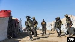 Pasukan Unit Perlindungan Rakyat Kurdi (YPG) di Suriah sedang melakukan operasi keamanan di kamp al-Hol yang menampung para pengungsi keluarga bekas anggota teroris ISIS. (Foto: YPG via AFP)