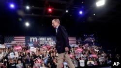 Ông Mike Bloomberg rời khỏi sân khẩu tại một cuộc mít tinh ở West Palm Beach, Florida hôm 3/3/2020. (AP Photo/Lynne Sladky)
