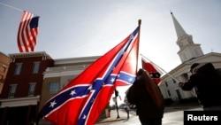 Un manifestante ondea una bandera confederada durante una concentración en la localidad de Lexington, Virginia, el 17 de enero de 2020.