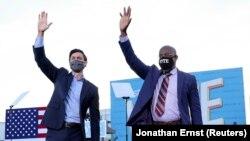 Hai ông Jon Ossoff và Raphael Warnock đã giúp Đảng Dân chủ kiểm soát Thượng viện