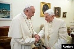 El Papa Francisco (izquierda) visita a su predecesor, el Papa Emérito Benedicto XVI, en el Monasterio Mater Ecclesiae en el Vaticano, el 21 de diciembre de 2018.