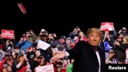 Predsjednik Trump baca masku pristalicama na predizbornom skupu u Georgetownu, 13. oktobra 2020.