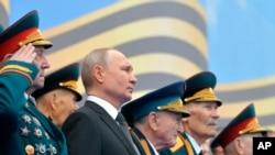 ប្រធានាធិបតីរុស្ស៊ីលោក Vladmir Putin ទស្សនាការដង្ហែក្បួនយោធាដើម្បីរំឭកដល់ខួបទី៧៥នៃជ័យជម្នះលើក្រុមណាស៊ីអាល្លឺម៉ង់កាលពីអំឡុងសង្គ្រាមលោកលើកទី២ នៅទីលាន Red Square ក្នុងក្រុងមូស្គូ កាលពីថ្ងៃទី០៩ ខែឧសភា ឆ្នាំ២០១៩។