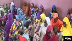 Wasu mata da yara da aka kubutar daga hannun Boko Haram April 9, 2021. (Moki Edwin Kindzeka/VOA)