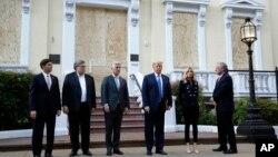 Presiden Donald Trump bersama Menteri Pertahanan Mark Esper, Jaksa Agung William Barr dan para pejabat lainnya berfoto di depan Gereja St. John, di Washington, 1 Juni 2020.