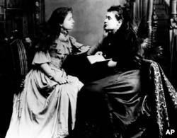 헬렌 켈러(왼쪽)가 개인교사 앤 설리번의 입술 움직임을 손으로 느끼며 청각을 대신하고 있다.