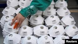 Masker-masker yang baru diproduksi di sebuah pabrik di Shanghai, China, 31 Januari 2020.
