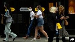 지난 6일 영국 런던의 시민들이 코로나 예방 마스크를 쓰고 거리를 걷고 있다.