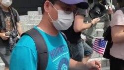幾名持小型美國國旗的香港市民被警方截查