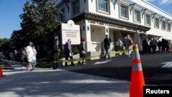 Mayores de 65 años esperan en fila para vacunarse contra COVID-19 en el Departamento de Salud de Sarasota, Florida, el 4 de enero de 2021.