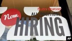 Un cartel anuncia apertura de empleos en un restaurante de Rolling Meadows, Illinois, el 17 de junio de 2021.