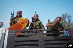 Tentara pemberontak Tigray menaiki truk di ibu kota Mekele (foto: dok).