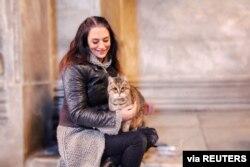 Diferentes estudios han demostrado que las mascotas llenan vacíos emocionales y son terapéuticos para muchas personas. Foto de archivo de la guía turística Umut Bahceci, con su mascota Gli, en Estambul, Turquía.