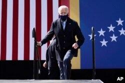 民主党总统候选人拜登抵达北卡罗莱纳州的一个竞选集会。(2020年10月18日)