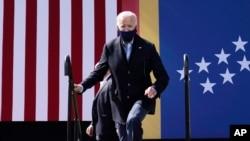 Umukandida w'abademokrate Joe Biden ashitse aho ashikiririza ijambo mu myiyamamazo i Durham, Carolina y'Uburaruko, wk'itariki 18-10 2020.