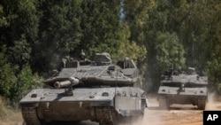 14일 이스라엘군 탱크가 가자 접경으로 이동하고 있다.