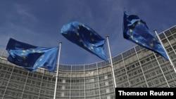Las banderas de la Unión Europea ondean fuera de la sede de la Comisión Europea en Bruselas. [Foto: Archivo]
