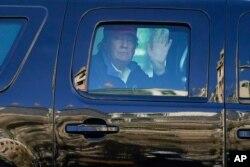 도널드 트럼프 대통령이 14일 워싱턴 D.C.에서 차를 탄 채 지지자들에게 손을 흔들고 있다.