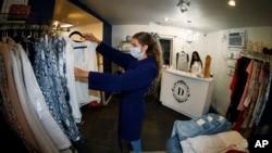 5月9日,科罗拉多州丹佛市准许商店重新开门营业。店员斯塔克整理商品,店主莫利在柜台忙碌。