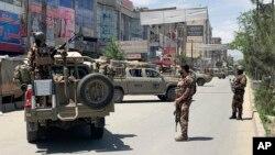 Pasukan keamanan Afghanistan berjaga di lokasi serangan bersenjata di Kabul, Afghanistan, 12 Mei 2020.