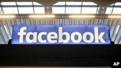 El logotipo de Facebook se muestra en una reunión para empresas emergentes en la estación F de París, el 17 de enero de 2017.