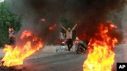 اعتراضات اخیر عراقدر ابتدا علیه فساد، بیکاری و مسائل اقتصادی آغاز شد. همچنین معترضان عراقی میگویند جمهوری اسلامی سعی دارد مشابه تجربه تضعیف ارتش خود و تقویت سپاه را در عراق با تضعیف ارتش رسمی آن کشور و تقویت حشد الشعبی انجام دهد