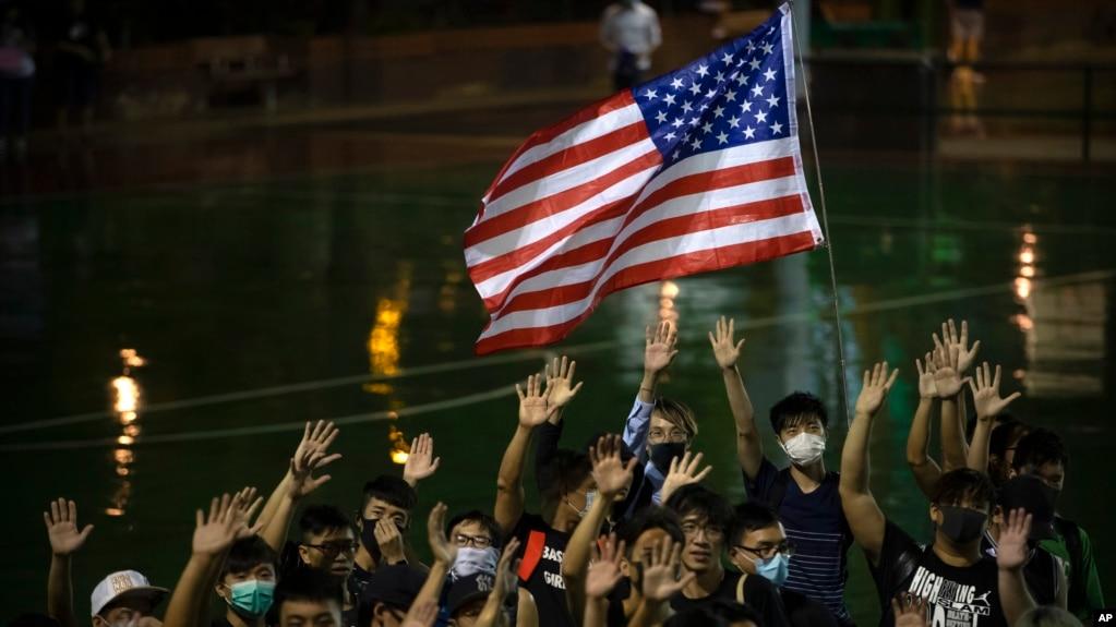 Ngưởi biểu tình Hong Kong giương cờ Mỹ trong một cuộc tập họp tối ngày 15/10/2019.