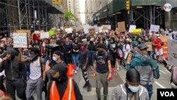 Manifestantes en Nueva York se movilizaron de forma pacífica el martes 2 de junio de 2020, para protestar por la muerte del afroamericano, George Floyd.