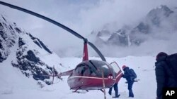 Tim penyelamat melakukan pencarian korban di Gunung Annapurna, Nepal, 18 Januari 2020. (Foto: dok).