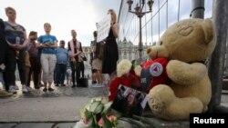 Pripadnici LGBT zajednice i prijatelji okupili su se nakon ubistva Jelene Grigorijeve, LGBT aktivistkinje, u Sankt Peterburgu, Rusija, 23. jula 2019.