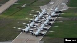 """Pesawat maskapai AS """"American Airlines"""" diparkir di landasan pacu karena adanya pengurangan penerbangan akibat corona di Bandara Internasional Tulsa di Tulsa, Oklahoma, 23 Maret 2020."""