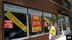 Un hombre camina frente a una tienda minorista que cerró sus puertas en Illinois debido a la pandemia de coronavirus.
