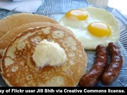 پین کیک اور انڈوں کا ناشتہ