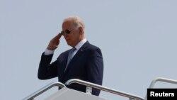 El presidente Joe Biden antes de partir en el Air Force One rumbo a Crystal Lake, Illinois, el 7 de julio de 2021.