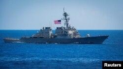 ກຳປັ່ນລົບເບັນໂຟລດ໌ (USS Benfold) ພວມແລ່ນຢູ່ໃນທະເລຟີລິບປິນເມື່ອວັນທີ 15 ມິຖຸນາ 2018. (Sarah Myers/U.S. Navy/Handout via Reuters)