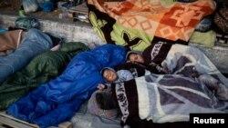 د موریا په کمپ کې د اور لګیدو نه وروسته مهاجرین د سړک په غاړه ویده دي.